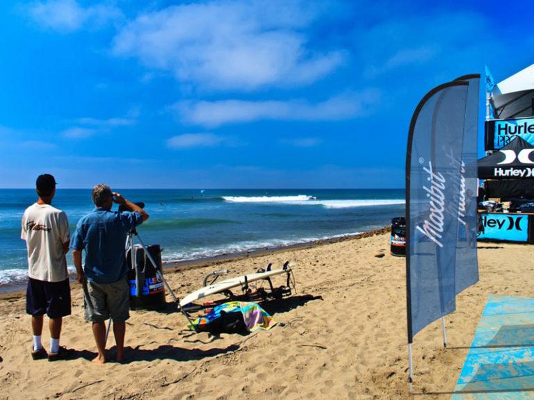 Strand med beachflagga